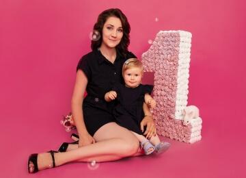 семейная фотосессия на розовом фоне