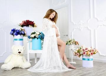 Фотосессия для беременных в цветах в студии