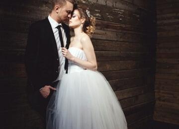 Свадебная фотосессия на студии на черном фоне