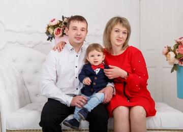 семейная фотосессия на белом фоне